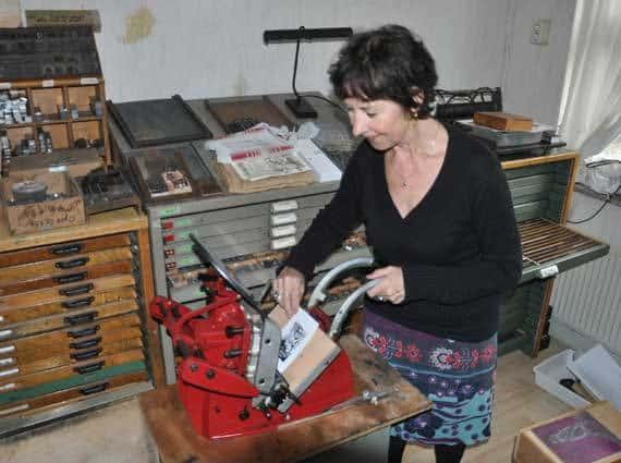 Ellen-Baptist-aan-het-werk-in-haar-grafisch-atelier